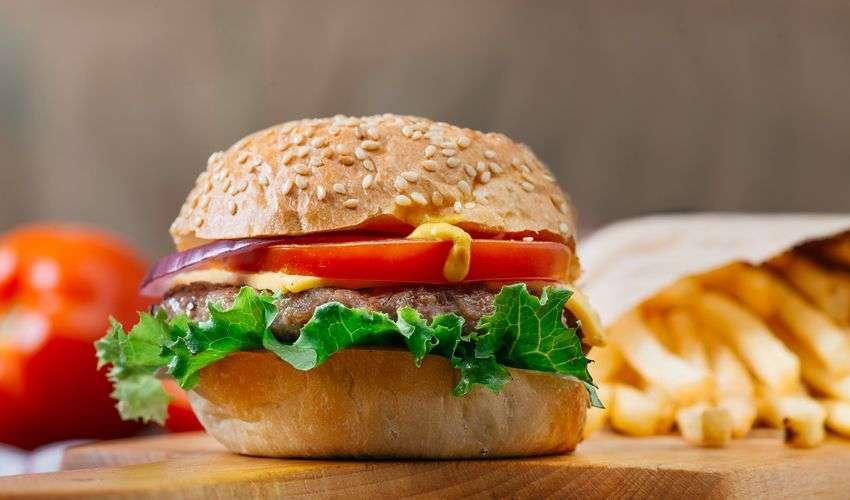 Hamburger con cipolle e cheddar: ricetta originale di chef Rubio