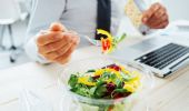 La pausa pranzo ormai si fa davanti al computer: i pro e i contro