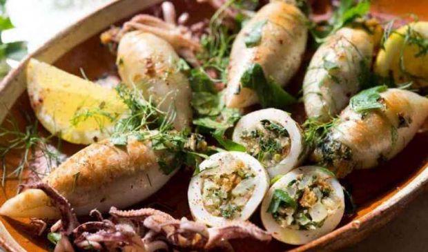 Calamari ripieni: ricetta da fare in bianco al sugo, consigli cottura