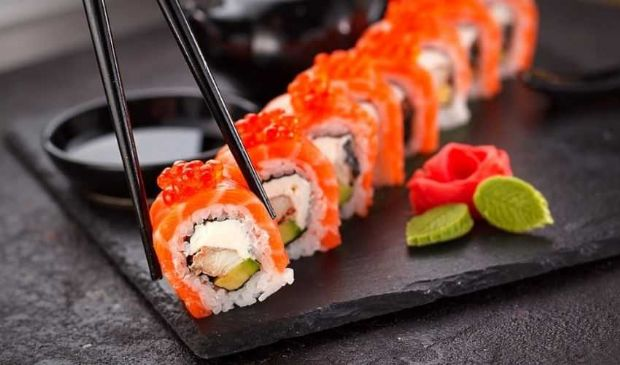 Sushi ricetta originale giapponese: riso, pesce crudo, alga nori
