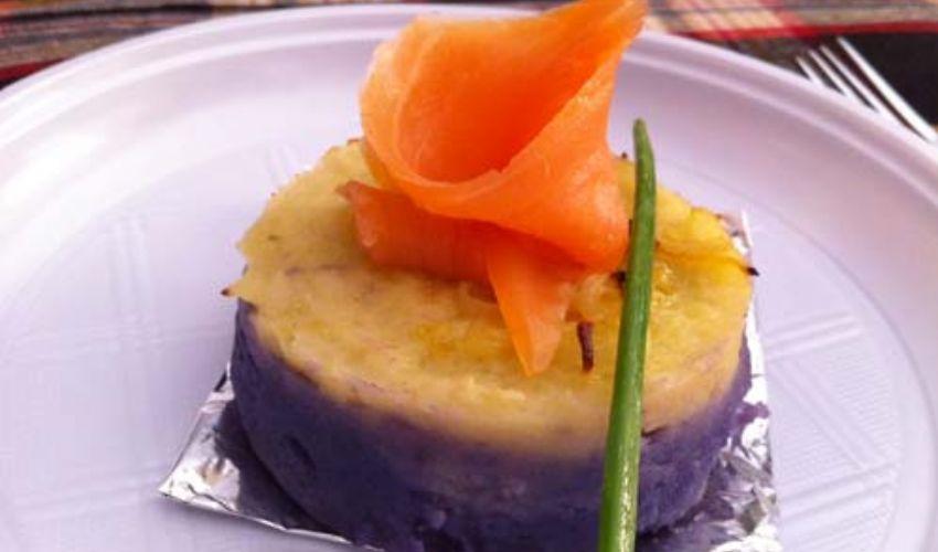 Tortino di patate viola e gialle con salmone: ricetta e preparazione