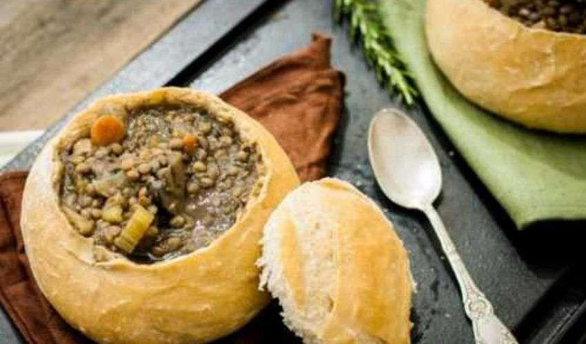 Zuppa di lenticchie: ricetta per mangiarla in scodelle di pane