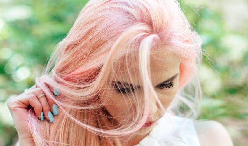 Colori capelli 2021: mushroom blonde, nero dorato, rosa pastello