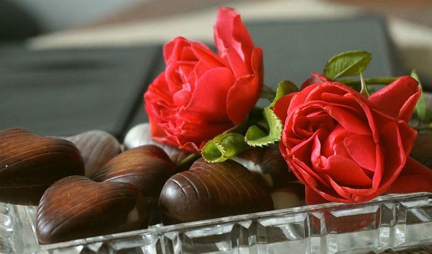 San Valentino, perché si regalano rose rosse (e cioccolatini)