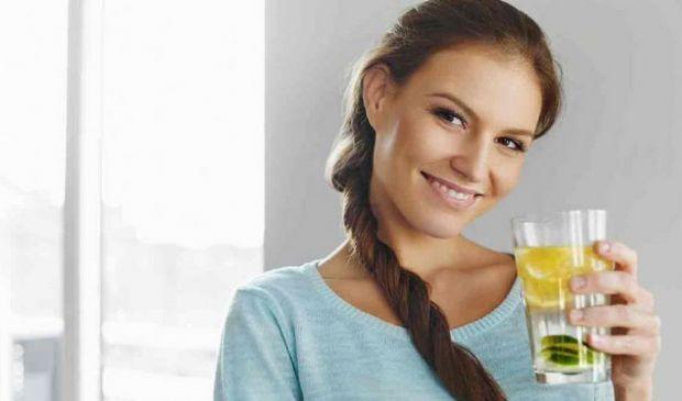 Bere acqua e limone: fa dimagrire? fa bene alla salute o fa male?