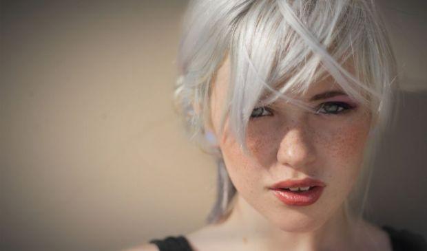 Coprire i capelli bianchi con l'henné Indigo: ecco come si fa