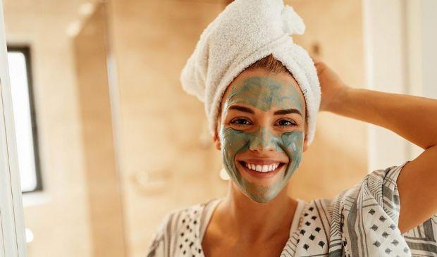 Maschera argilla verde e bianca: rimedi acne, brufoli e capelli grassi