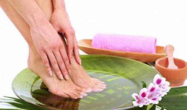 Pediluvio acqua e bicarbonato, sale e aceto: piedi gonfi secchi calli
