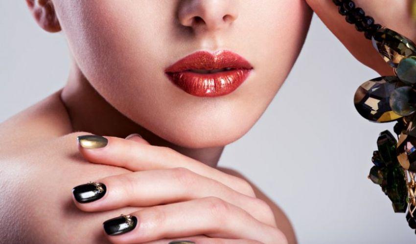 Unghie estate 2020 Glass nail art: come si fa effetto vetro e gioiello