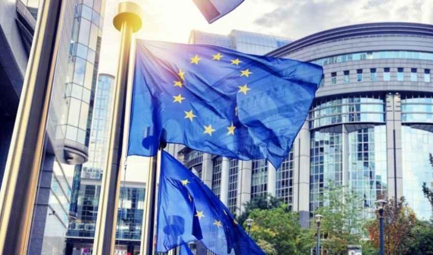 UE, brusca frenata della produzione industriale. Soffre l'Italia