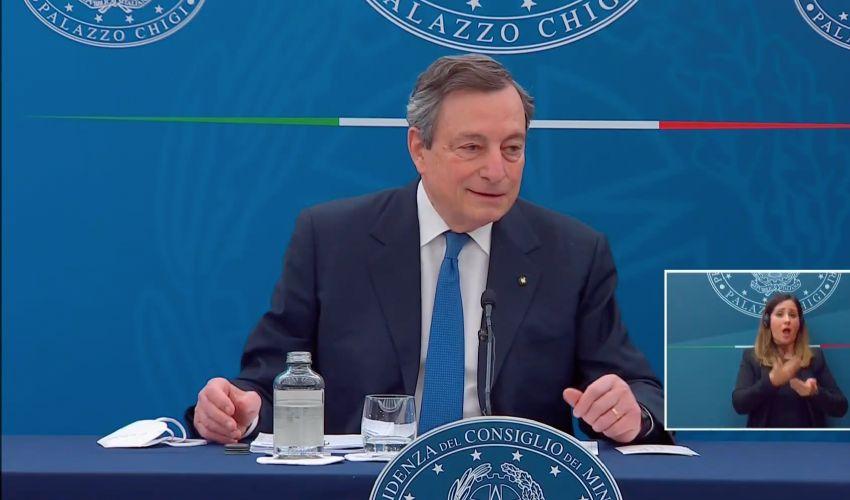 """Draghi risistema i vaccini: """"con quale coscienza saltano la fila?"""""""