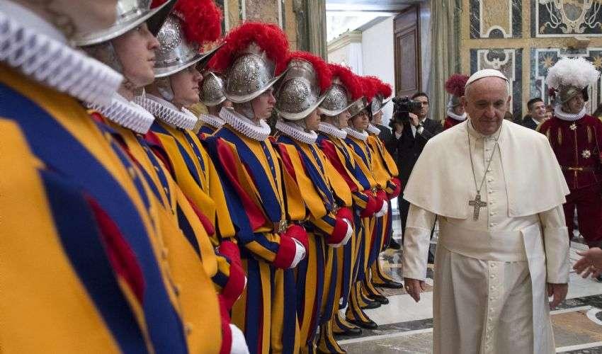 Covid, Papa Francesco si è vaccinato dopo le Guardie Svizzere