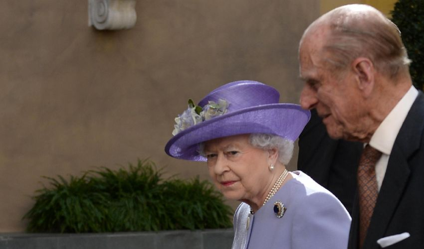 La Regina Elisabetta torna a lavoro. Il protocollo funerali di Filippo