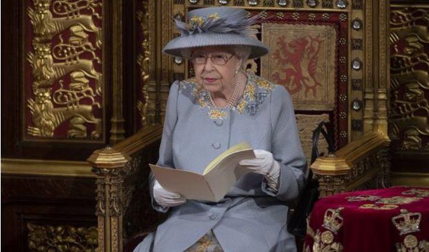 Queen's speech, Elisabetta in abito lilla in ricordo di Filippo