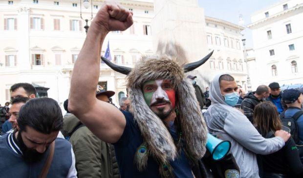 Proteste per le riaperture in tutta Italia. Tensioni a Montecitorio