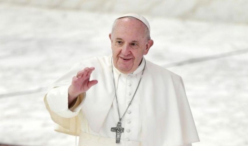 """Papa, dal 1° maggio """"maratona"""" di preghiera anti-pandemia. È polemica"""