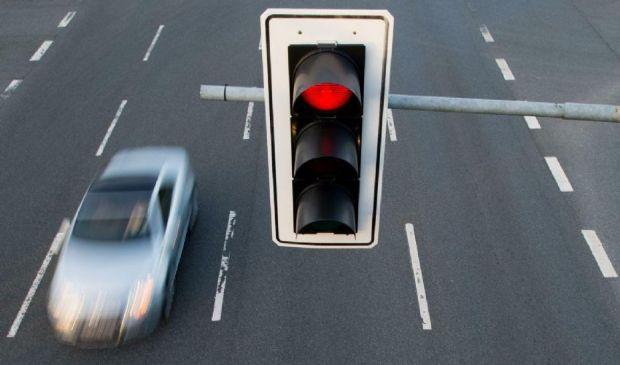 """16enne al volante """"brucia"""" 4 semafori rossi: maxi multa da 6.000 euro"""
