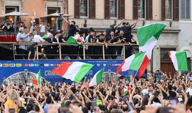 Europei, la festa degli Azzurri sul bus scoperto è diventato un caso