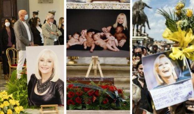 L'addio alla Carrà: i fiori gialli, la foto coi bambini, gli applausi