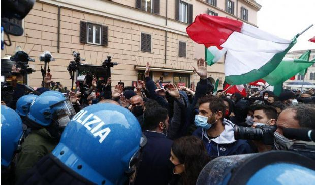 """Rivolta """"IoApro"""" a Roma, scontri in piazza e tensioni con la polizia"""
