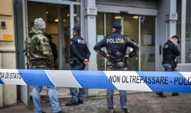 Rapina in banca a Milano: ostaggi illesi, banditi in fuga dalle fogne