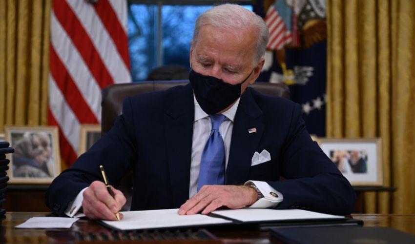 Biden presidente, firmati subito i primi 17 ordini esecutivi