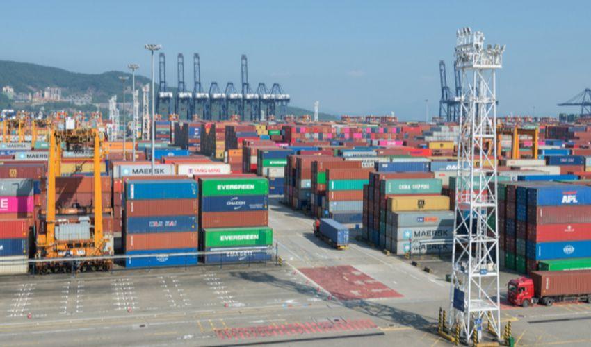 Covid, nuovo focolaio cinese, navi bloccate come a Suez. Danni globali