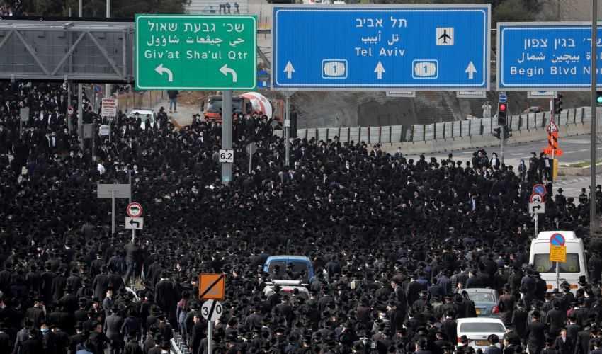 Israele, in migliaia ai funerali del rabbino, senza misure anti-Covid