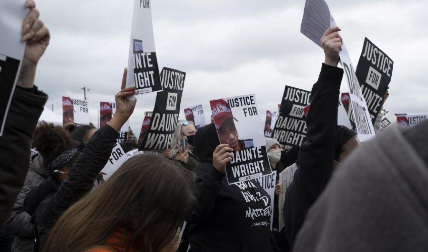 Da Minneapolis al Tennessee: le sparatorie infiammano gli Usa