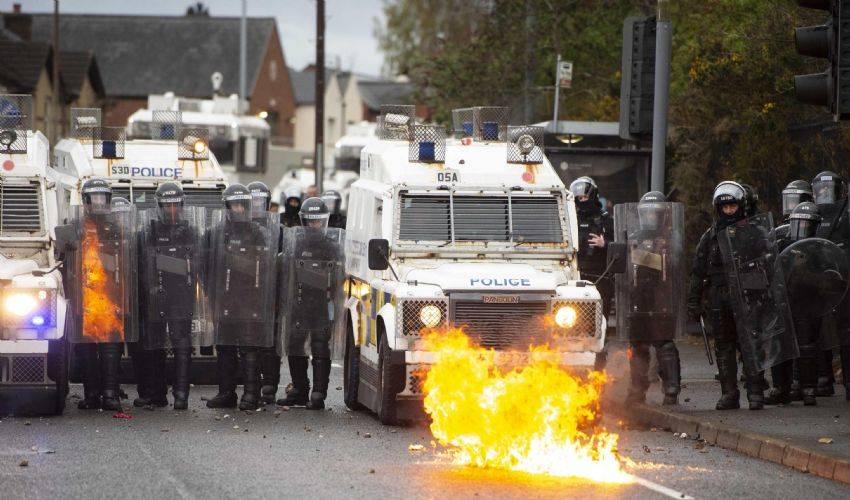Scontri a Belfast: nuova notte di violenza, feriti oltre 50 poliziotti
