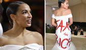 """""""Tax the rich"""" il vestito 'politico' di Ocasio-Cortez al Met Gala"""