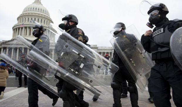 Assalto a Washington: 4 morti, feriti e arresti. Coprifuoco fino al 21