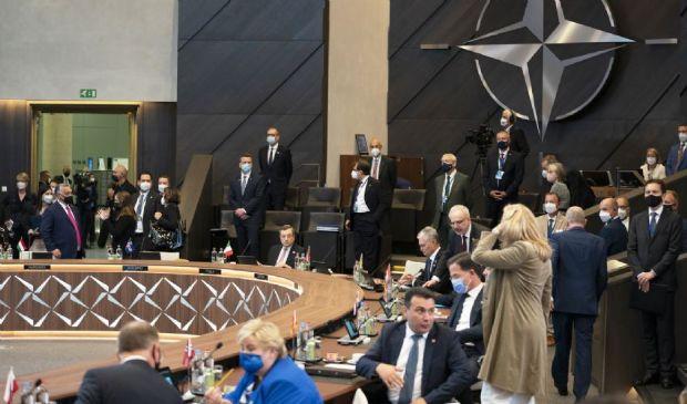 """La Nato """"più forte che mai"""" con Russia e Cina. Domani Biden-Putin"""