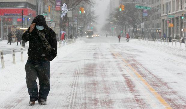 """Usa, New York e la tempesta di neve """"Orlena"""": stop alle vaccinazioni"""