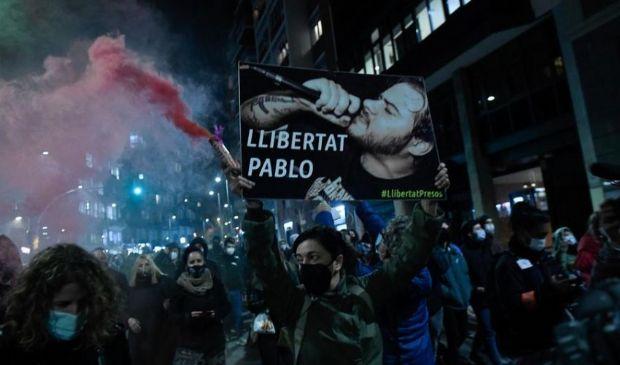 Spagna, nuovi scontri. Chi è Pablo Hasél, il rapper che divide