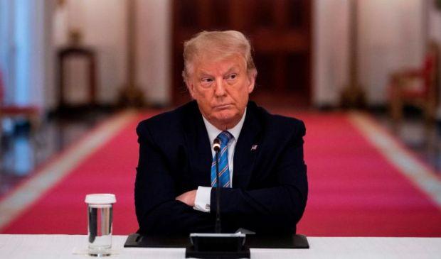 """Trump, Twitter decide il """"blocco a vita"""" dal social per il tycoon"""