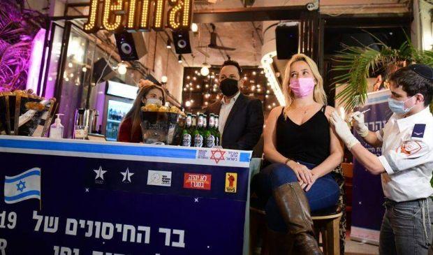 Vaccino Covid e birra gratis, l'iniziativa di Tel Aviv: come funziona