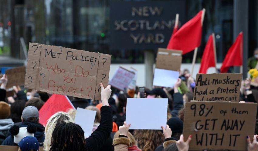 Londra, veglia Sarah Everard: chieste dimissioni capo di Scotland Yard