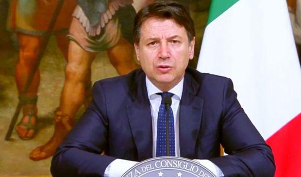 Il premier si autoelogia e fa persino rimpiangere le slide di Renzi