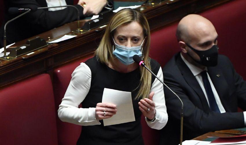 """Fiducia governo, Meloni: """"Voliamo alto… con la Mastella airlines"""""""