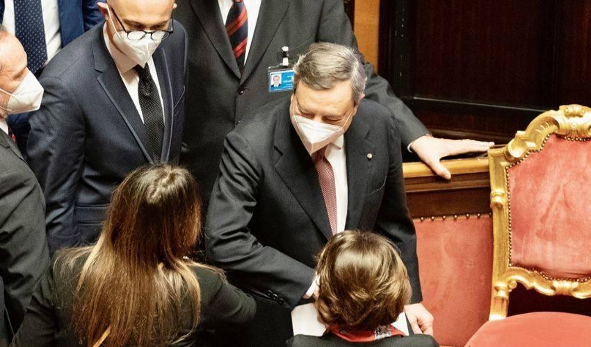 Draghi, affanno dei partiti. M5s espelle il fronte del no alla fiducia