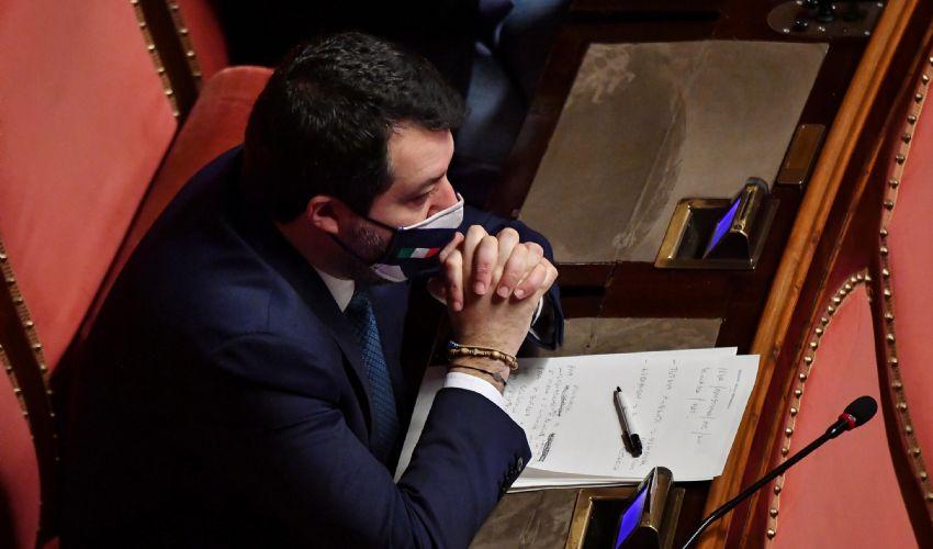 Matteo Salvini in Senato contro i senatori a vita: caos in Aula