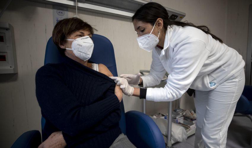 Al via oggi le prenotazioni per i vaccini. Inizia il Lazio: ecco come