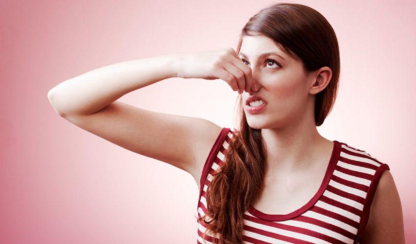 Come eliminare la puzza di piedi e di sudore: i trucchi più efficaci