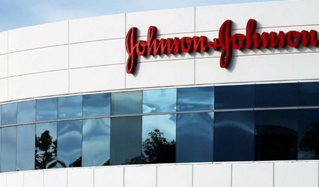 Johnson & Johnson, le differenze con AstraZeneca. Sintomi di trombosi