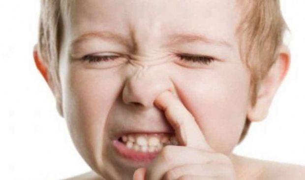 Infilare le dita nel naso: fa bene alla salute, è antistress e pulisce