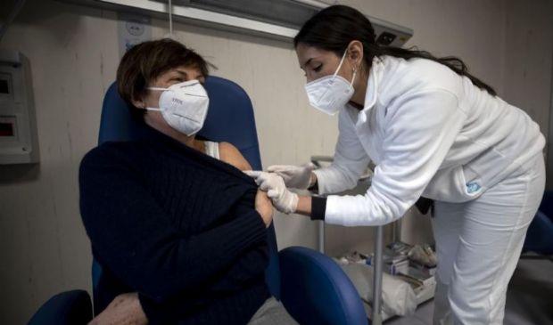 Vaccini, seconda dose: quando va fatta, perché si allungano i tempi
