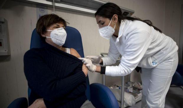 Vaccini anti-Covid, da oggi al via i richiami. Pesano i ritardi Pfizer