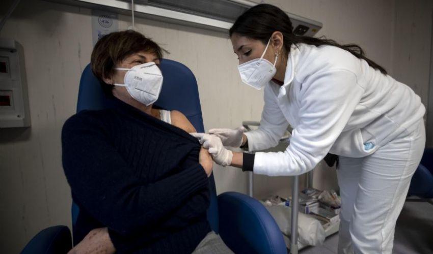 Vaccini, da oggi aperte le prenotazioni a tutti: dai 16 in su