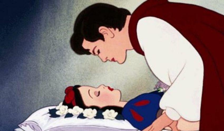 """Biancaneve, il Principe e il bacio """"non consensuale"""": è polemica"""